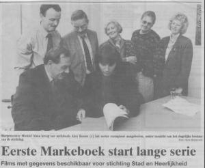 Truus Spliethof (achter, midden) bij de presentatie van het Markeboek van de buurschap Dijcke in 1992